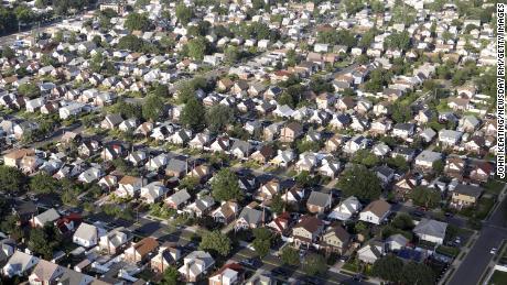 Een buitenwijk in Elmont, New York. Ondanks wetten tegen discriminatie in huisvesting, blijven veel Amerikaanse steden raciaal gescheiden.