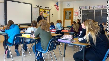 Een directeur praat met achtste klassers over de veiligheid op school in Wellsville, New York. Veel openbare scholen in de VS blijven grotendeels gescheiden.