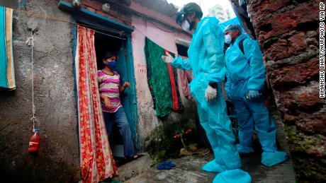 Meer dan de helft van de sloppenwijkbewoners van Mumbai in India is mogelijk besmet met Covid-19, suggereert onderzoek