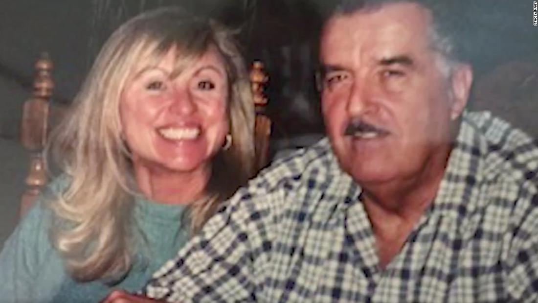 Stacey Nagy's overlijdensbericht voor haar overleden echtgenoot, David, veroordeelt Trump en mensen die geen maskers dragen: 'Moge karma jullie allemaal vinden'