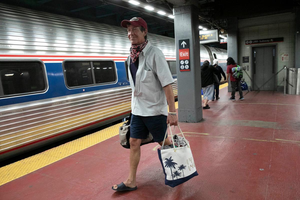 Out-of-staters stormen Penn Station binnen te midden van COVID-19 hardhandig optreden