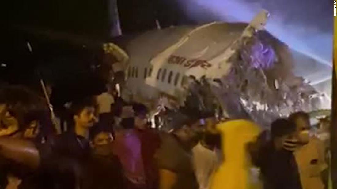 Bij de crash van Air India in Kerala komen er drie om het leven nadat het vliegtuig van de landingsbaan glijdt