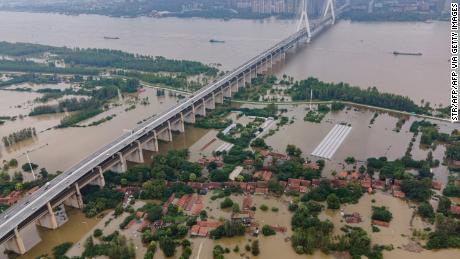 Record overstromingen China beïnvloedt de toeleveringsketen van persoonlijke beschermingsmiddelen naar de VS.