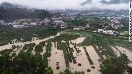 Deze luchtfoto gemaakt op 6 juli toont ondergelopen landbouwgrond in Shimen County, in de provincie Hunan in centraal China. Het land is getroffen door de ergste overstromingen in jaren.
