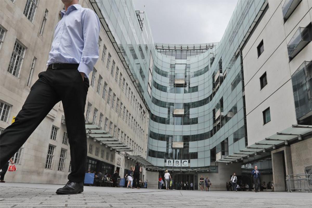 BBC-radiopresentator stopt nadat racistische opmerkingen zijn gebruikt in nieuwsartikelen