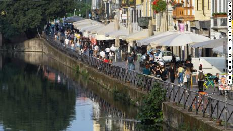 Milaan in mei. Mensen in Italië gaan uit eten in restaurants en genieten van de zomertraditie van een aperitivo op een plaatselijk plein of bar.