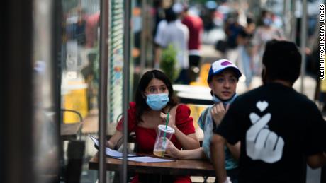 Landen versterken hun regels voor gezichtsmaskers. Binnenkort moet je er misschien ook een buitenshuis dragen