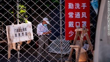 Beijing legt de hele stad een zachte vergrendeling op en verscherpt de uitgaande reizen naarmate besmettingen met het coronavirus zich verspreiden