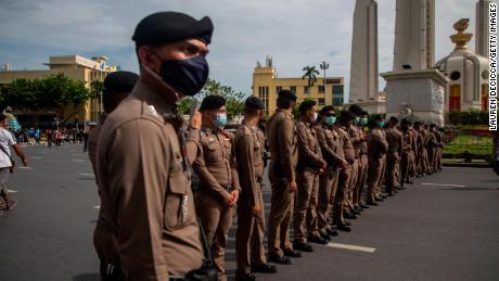 De Thaise politie patrouilleert op 16 augustus 2020 in Bangkok voor een anti-regeringsbijeenkomst bij het Democracy Monument.