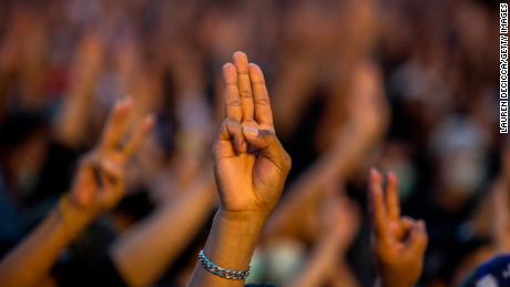 Demonstranten geven een groet met drie vingers tijdens een bijeenkomst bij Democracy Monument op 16 augustus 2020 in Bangkok.