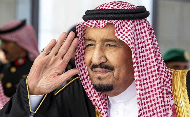De vergrijzende Saoedische monarchkoning Salman landt in megacity van de Rode Zee om te rusten na een operatie