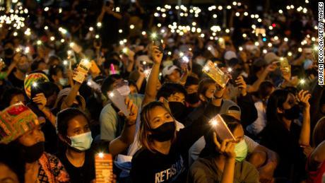 Studenten en demonstranten tegen de regering steken hun telefoon op bij het Democracy Monument op 16 augustus 2020 in Bangkok.